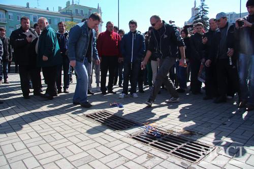 В Днепропетровске протестующие сожгли флаги евросоюза #украина #днепропетровск