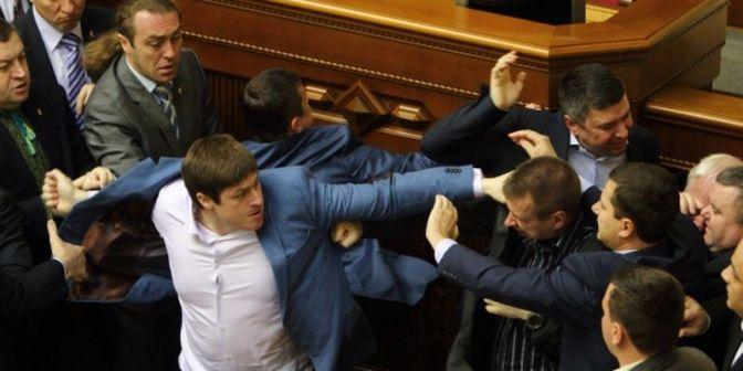 """В Раде избивают непокорных депутатов, силой добиваясь """"правильного"""" голосования. Видео #украина #рада"""
