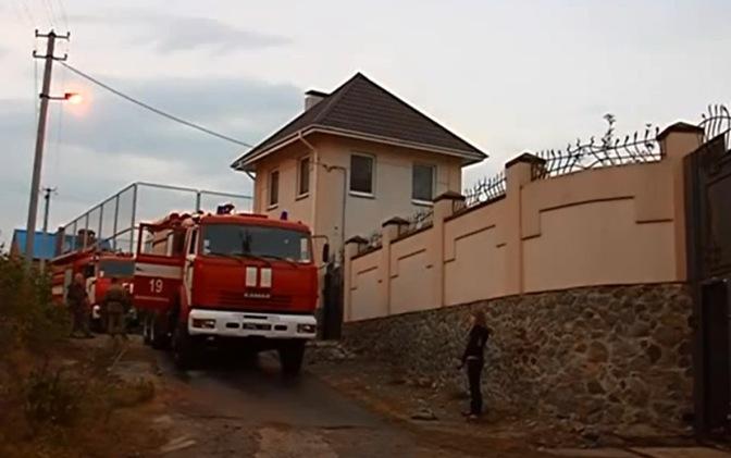 Каратели в черном по ошибке сожгли дом соседей Царева #днепропетровск #украина #евромайдан