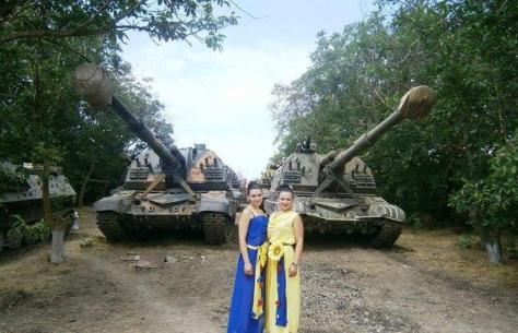 Девушки-подростки позируют на фоне военной техники в поддержку карательной операции на Добассе