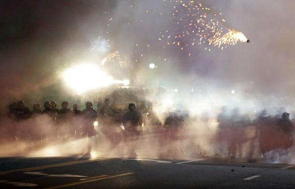 Народное восстание в США: жители Фергюсона нарушили комендантский час #США #Фергюсон