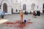 11.09.2014 Femen устроили акцию в Киево-Печерской Лавре. В ледяной свиной крови, ведро которой вылили на активистку, были даже остатки внутренних органов свиньи.