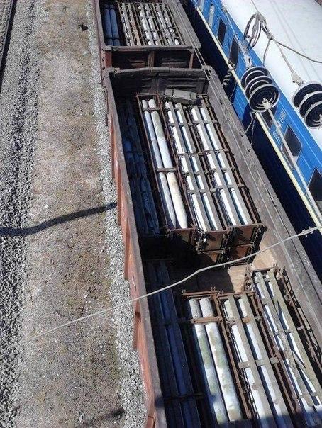 Ж/д вокзал Днепропетровска. Ракеты для РСЗО загружены в вагоны и готовы отправиться в юго-восточном направлении. 13 сентября 2014 г.